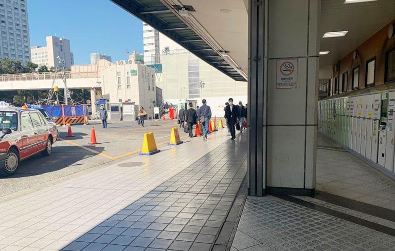 品川駅 高輪口を出てすぐ右手にコインロッカーがあり、道なりに直進します。