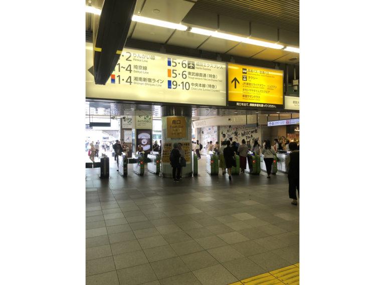 1.JR新宿駅南改札口を出ます。