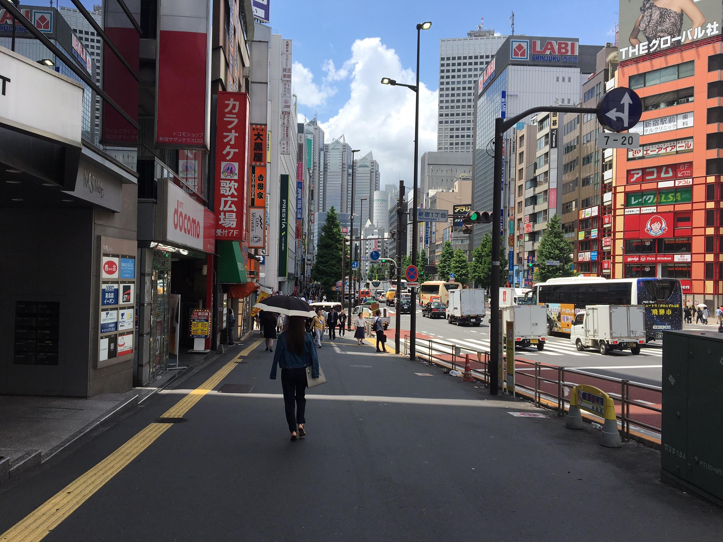 4.そのまま道沿いに歩き、左手にあるdocomo・カラオケ広場を通りすぎます。