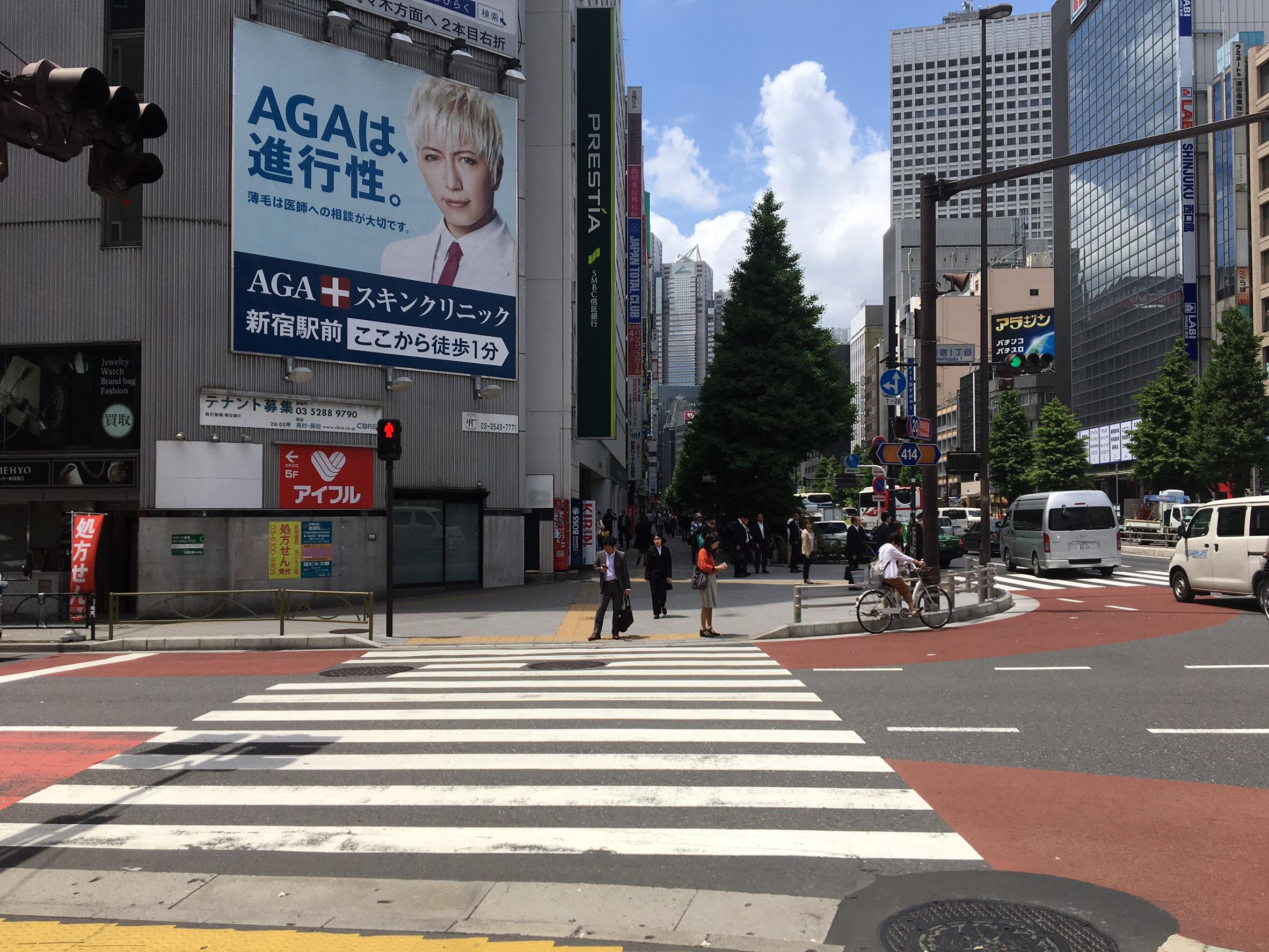 5.その後、交差点につきあたりますので横断歩道を渡り、1つ目の道を左折します。