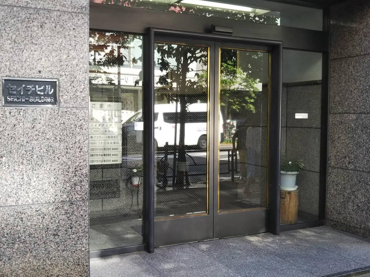 6.このビルの6階がCREBIQ新宿店となります。