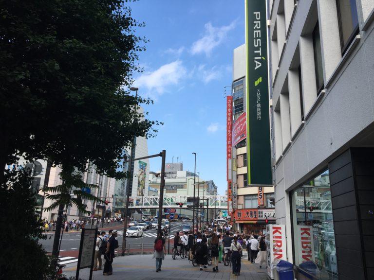 2.出口を出てすぐに右手に、PRESTIA SMBC信託銀行のビルがあります。