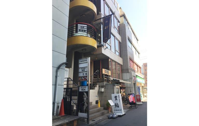 MARCO1591の隣のビルが109ビル(いちまるきゅうビル)になり、このビルの3Fになります。奥側のビルは、1Fがファミリーマートになります。