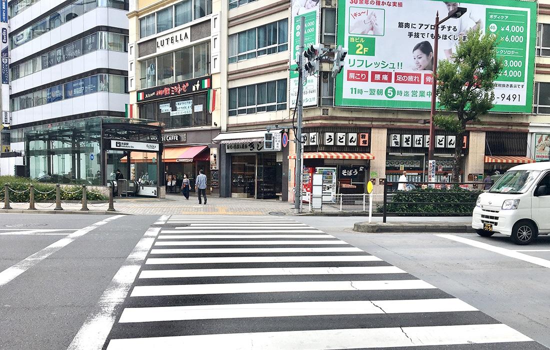 横断歩道を渡り終えますと、すぐ左手に横断歩道が見えますのでこちらも渡ります。
