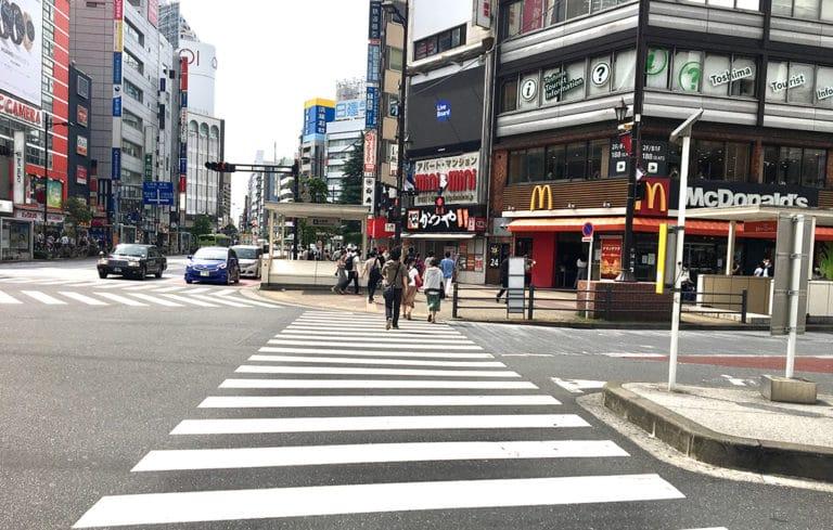 前方に横断歩道が見えますので渡り、そのまま直進します。