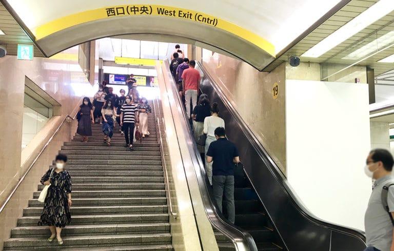 階段・エスカレーターで上に上がります。