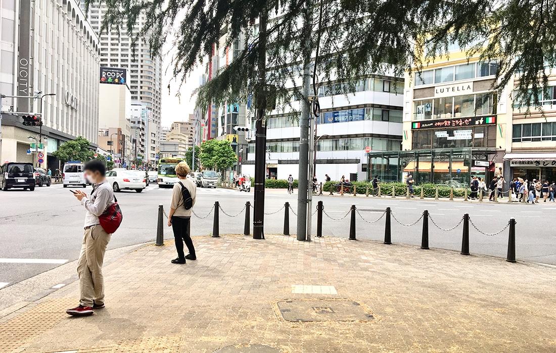 西口五差路につきあたります。右側の横断歩道を渡ります。